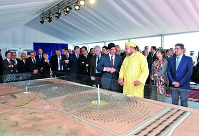 Le Roi Mohammed VI devant le projet de la centrale solaire