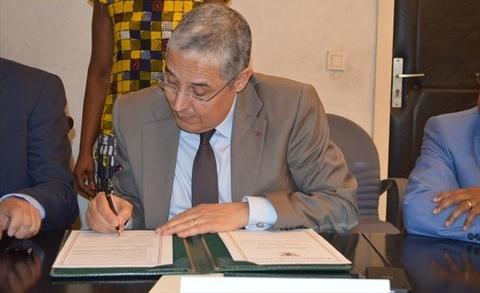 Pdg Attijari signe accord a Abidjan