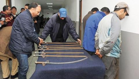 Inculpes et leurs armes dans les locaux de la police maroc
