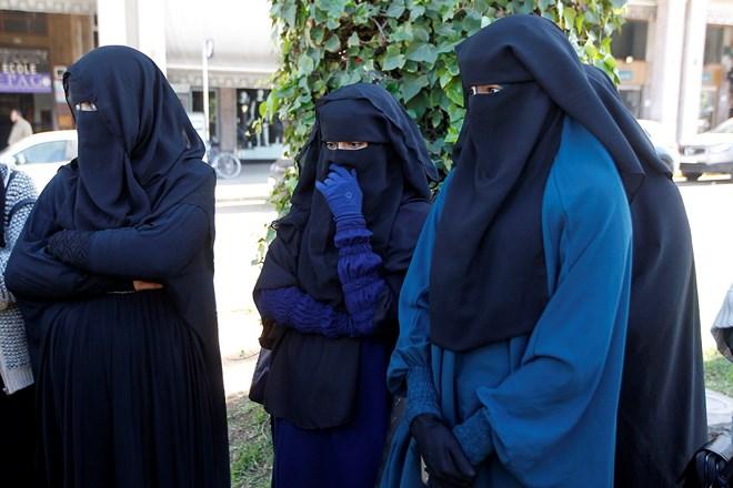 «Burqa show» devant le Parlement et vives réactions