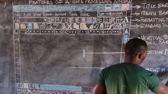 Un professeur Ghanéen enseigne à ses élèves Microsoft Word sur un tableau noir