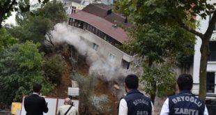 Turquie : le spectaculaire effondrement d'un immeuble dans le centre d'Istanbul