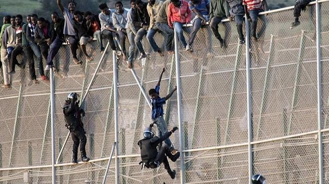 Douze militaires marocains blessés lors d'un passage de migrants vers Melilla