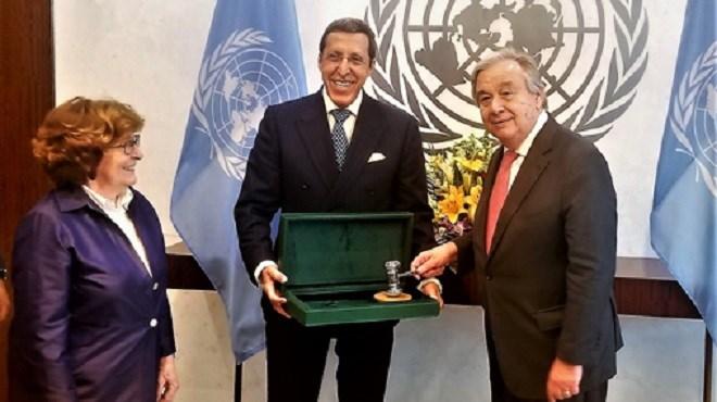 Omar Hilale remet le Marteau de la Conférence de Marrakech au SG de l'ONU