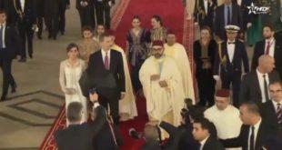 """En vidéo, la Reine Dona Letizia porte le """"selham"""" du Roi Mohammed VI"""