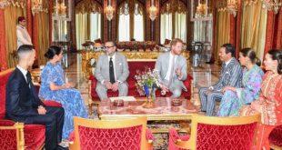 SM le Roi offre une cérémonie de Thé en l'honneur du Prince Harry du Royaume Uni et de son épouse
