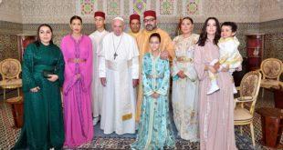 Photo souvenir de la Famille Royale avec Sa Sainteté le Pape François