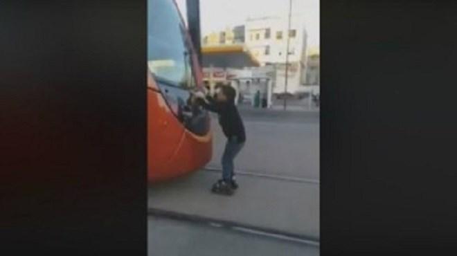 Casablanca : Un enfant s'accroche au tramway en toute insouciance (vidéo)