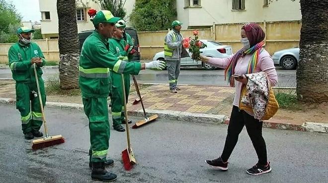 L'image du jour : Une habitante de Meknès offre un bouquet de fleurs aux agents de propreté