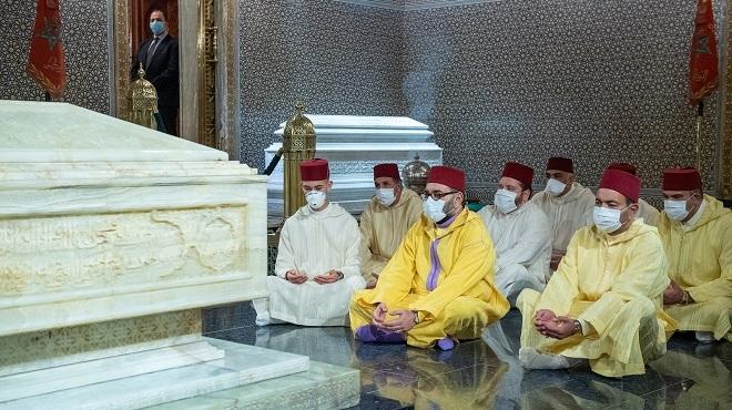 SM le Roi se recueille sur la tombe de Feu SM le Roi Mohammed V