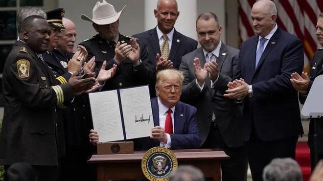 Mort de George Floyd   Trump annonce l'interdiction des prises d'étranglement