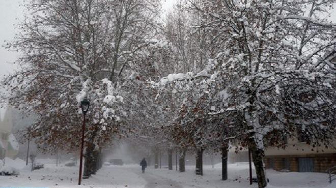 Chutes De Neige, Temps Froid Et Fortes Averses Orageuses