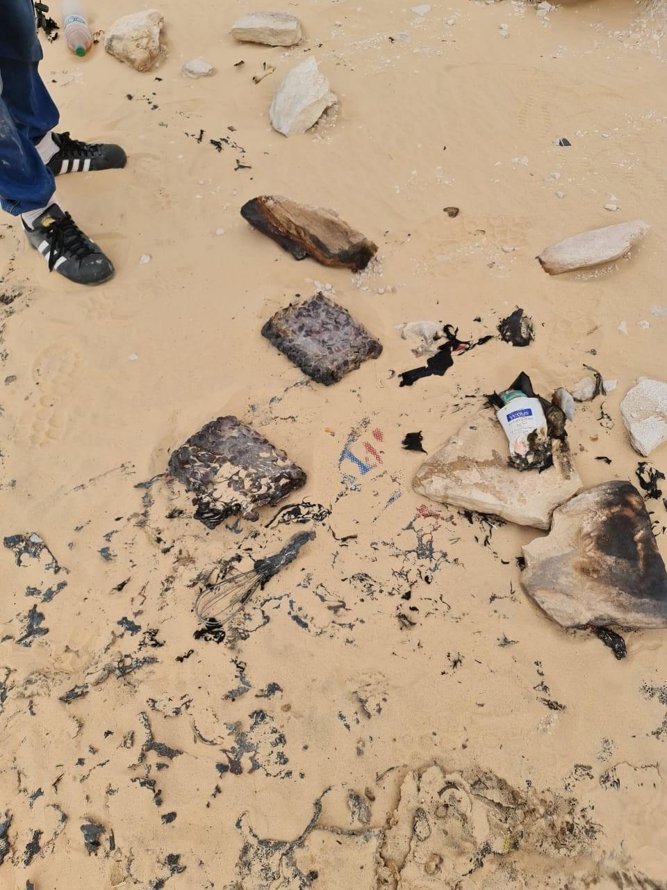 Des paquets de dattes laissés au feu qui ne les a pas totalement détruits