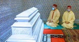Sm Le Roi Se Recueille Sur La Tombe De Feu Sm Le Roi Hassan Ii