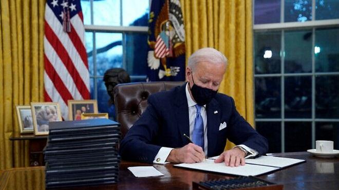 Joe Biden signe 17 décrets exécutifs